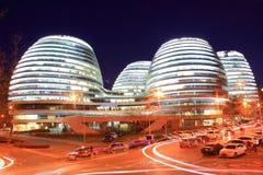 Costruzioni moderne di Pechino alla notte Fotografia Stock Libera da Diritti