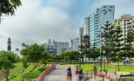 Costruzioni moderne e area del parco lungo la linea costiera a Lima, Perù fotografia stock libera da diritti