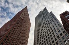 Costruzioni moderne nel centro urbano di Den Haag, Paesi Bassi immagine stock