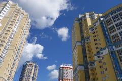Costruzioni moderne sul fondo del cielo blu dal fondo alla cima Immagini Stock Libere da Diritti