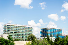 Costruzioni moderne in un giorno nuvoloso Fotografia Stock Libera da Diritti