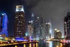 Costruzioni nel porticciolo del Dubai - nightview Immagine Stock
