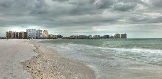 Costruzioni nella distanza su Marco Island, Florida, spiaggia fotografie stock libere da diritti