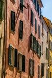 Costruzioni pastelli sulla via stretta di Aiaccio Corsica, Francia immagine stock libera da diritti