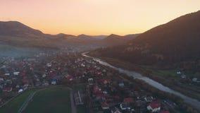 Costruzioni pittoriche della città contro le colline che nascondono tramonto video d archivio