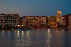 Costruzioni portuali variopinte sul fondo di tramonto nell'hotel di Portofino ad area 4 di Universal Studios immagine stock
