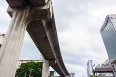 Costruzioni pubbliche del treno e di finanza dell'aria a urbano Fotografia Stock
