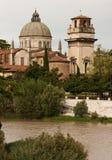 Costruzioni religiose attraverso il fiume Fotografia Stock