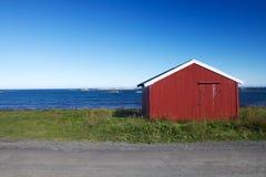 Costruzioni rosse del villaggio in Lofoten Fotografia Stock