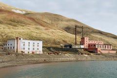 Costruzioni rovinate della stazione della centrale elettrica allo stabilimento artico russo abbandonato Pyramiden, Norvegia fotografia stock libera da diritti