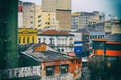 Costruzioni sporche e variopinte con i graffiti Immagini Stock Libere da Diritti
