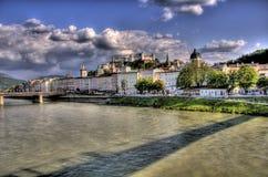Costruzioni storiche al lato di un fiume a Salisburgo, a Immagine Stock Libera da Diritti