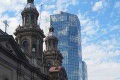 Costruzioni storiche e moderne nella città di Santiago de chile fotografia stock