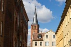 Costruzioni storiche e un campanile della chiesa in una vecchia città tedesca Immagini Stock