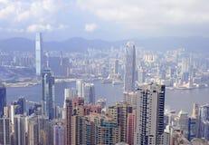 Costruzioni strettamente imballate nella metropoli dell'isola di Hong Kong Fotografie Stock Libere da Diritti
