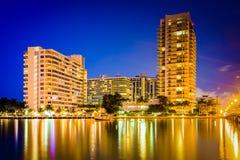 Costruzioni su Belle Island alla notte, in Miami Beach, Florida Fotografia Stock Libera da Diritti