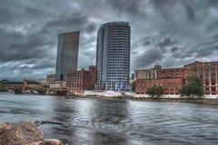 Costruzioni sul grande fiume fotografie stock