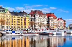 Costruzioni sull'argine di Strandvagen, Stoccolma, Svezia immagine stock libera da diritti