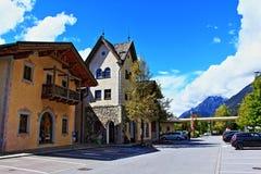 Costruzioni Svizzera del bordo della strada delle montagne delle alpi Immagini Stock Libere da Diritti