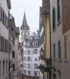 Costruzioni svizzere tipiche con la chiesa di St Peter da Zurigo Fotografie Stock
