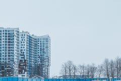 Costruzioni urbane della città alte attraverso la foschia nebbiosa Fotografia Stock
