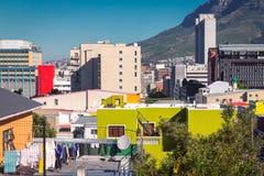 Costruzioni variopinte della BO Kaap e vista della città di Cape Town fotografia stock libera da diritti