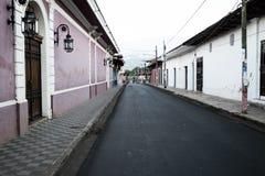 Costruzioni variopinte della via di Granada Nicaragua Immagine Stock