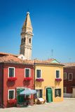 Costruzioni variopinte e campanile pendente in Burano, Venezia, Italia Fotografia Stock