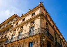 Costruzioni variopinte ed architettura coloniale storica a Avana del centro, Cuba immagine stock libera da diritti