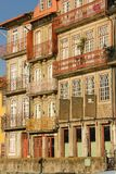 Costruzioni variopinte nella vecchia città. Oporto. Il Portogallo Immagini Stock