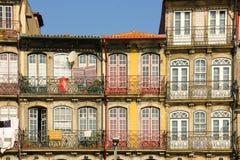 Costruzioni variopinte nella vecchia città. Oporto. Il Portogallo Fotografie Stock Libere da Diritti