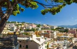 Costruzioni variopinte sulla collina nel distretto urbano di Genoa Genova fotografia stock libera da diritti