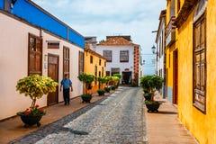 Costruzioni variopinte sulle vie di Garachico, Tenerife, isole Canarie, Spagna immagine stock