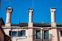 Costruzioni veneziane tipiche con i grandi camini a Venezia, Italia fotografia stock libera da diritti
