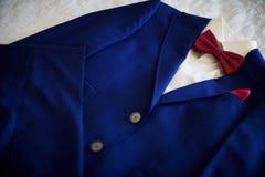 Costume bleu avec le lien et le mouchoir Concentré sur le mouchoir Photo stock