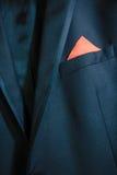 Costume bleu de marié de mariage et plotok rouge d'arc Image stock