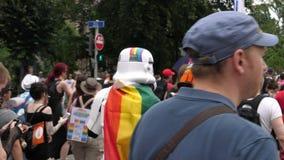 Costume coloré gai gai heureux de Darth Vader de foule de LGBT banque de vidéos