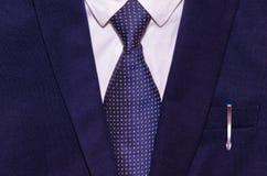 Costume d'homme d'affaires avec un stylo dans la poche Images libres de droits