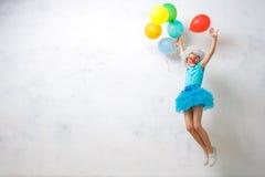Costume d'uso del pagliaccio della bambina isolato su bianco Fotografie Stock Libere da Diritti