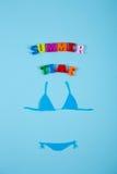 Costume da bagno di carta del bikini con l'iscrizione Immagine Stock