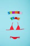 Costume da bagno di carta rosso del bikini con l'iscrizione Fotografia Stock Libera da Diritti