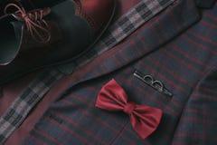 Costume de Bourgogne d'hommes, noeud papillon et chaussures en cuir de vintage sur le fond de tweed de textile photographie stock