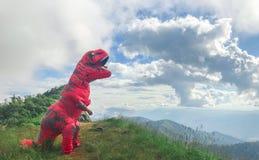 Costume de dinosaure sur la montagne à l'AMI de Chaing, Thaïlande images libres de droits