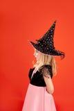 Costume de fille de gosse de Veille de la toussaint sur l'orange Images stock