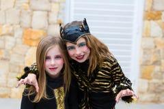 Costume de filles d'enfant de Halloween effrayant le geste Images libres de droits