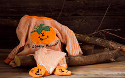 Costume de Halloween pour un enfant, sur le fond en bois Photographie stock libre de droits
