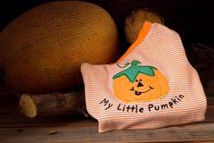 Costume de Halloween pour un enfant, sur le fond en bois Photographie stock
