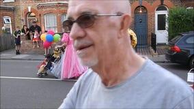 Costume de pantomime costumé dans le carnaval de rue clips vidéos