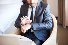 Costume de port d'homme avec une montre intelligente Image stock