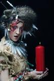 Costume de port de carnaval de jeune femme tenant une bougie Photo stock